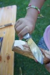 Zuerst schnitzen wir das Kinn vom Nashorn. Diese Kerbe an einem Ende vom Haselnuss-Holz ist steil. Foto. (c) Kinderoutdoor.de