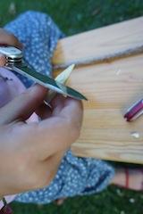 Nun fertigen wir das vordere Horn und spitzen dazu vom dünnen Ast einen Stift hinten und vorne an. Foto: (c) Kinderoutdoor.de