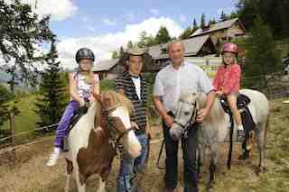Kleine Kinder, kleine Pferde und große Freude in der Ponyalm auf der Katschberghöhe, wo es unter anderem einen Ponyerlebnisweg mit verschiedenen Stationen gibt, auf denen die Kinder das Verhalten der beliebten kleinen Pferde beobachten können.  Foto: (c) Tourismusregion Katschberg/ Salzburger Land-Kärnten