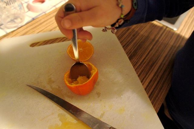 Fingerspitzengefühl ist gefragt, wenn die Kinder mit dem Teelöffel das Fruchtfleisch entfernen. Foto: (c) Kinderoutdoor.de