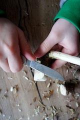 Zuerst entrinden und dann den Hinterkopf vom Spatzen schnitzen.  Foto (c) Kinderoutdoor.de