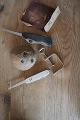 Basteltipps der besonderen Art gibt es bei uns: Aus diesen Teilen basteln wir einen Steinzeit Mammut Anhänger. Foto (c) Kinderoutdoor.de