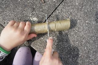 Wir basteln und mit den Kindern einen Frachter. Sägt im vorderen Drittel zwei mal das Holz ein.  Foto (c) Kinderoutdoor.de