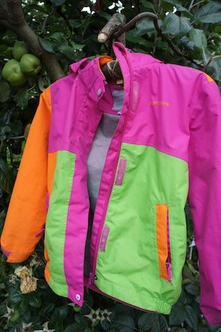 Besser als der ganze Plastikmüll: Ein Outdoor Kleiderbügel aus nachwachsenden Rohstoffen. Foto (c) Kinderoutdoor.de