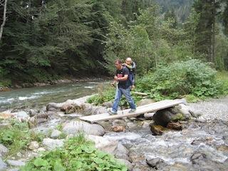 Manchmal sind die Zustiege zu den Alpenvereinshütten abenteuerlich. Aber genau darin liegt der Reiz! Foto (c) Kinderoutdoor.de