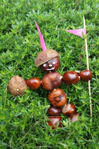 Basteln mit Kastanien: Da habt Ihr den fertigen Ritter von Kastanienstein.  Foto (c) Kinderoutdoor.de
