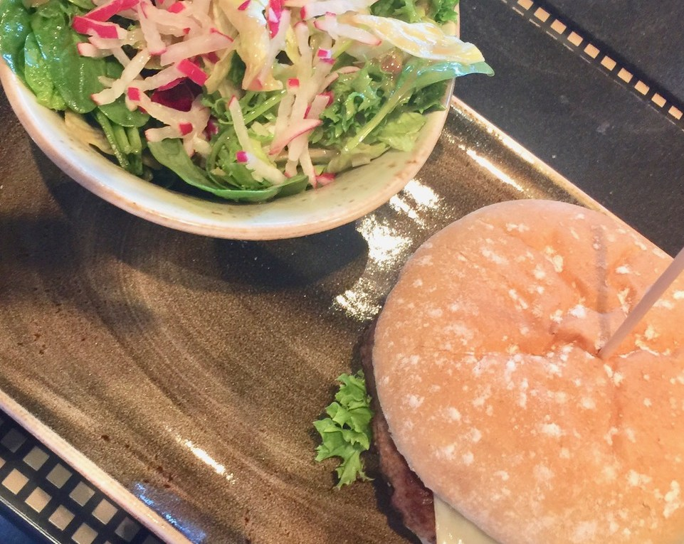 Cheeseburger mit Salat