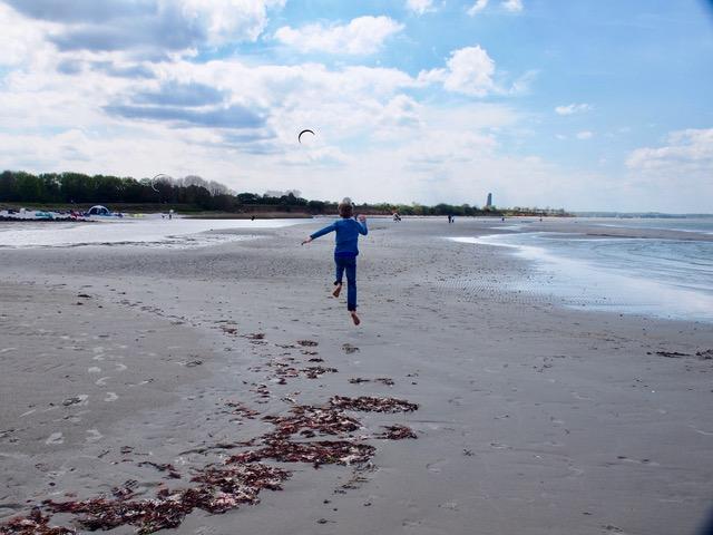 Kind fliegt am Strand - Was kann ich machen? - Tipps für Zuhause in Coronazeiten