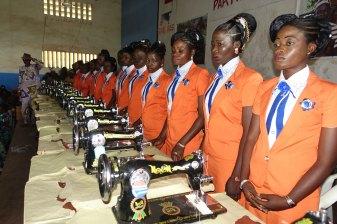 leerlingen die goed gepresteerd hebben tijdens hun opleiding, ontvangen na diplomering een naaimachine zodat ze hun eigen atelier kunnen opstarten