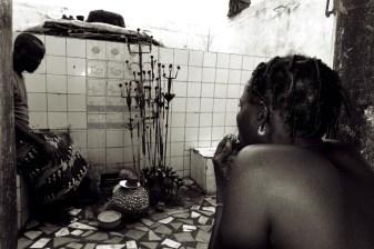 via de kolanoot in haar hand richt de vrouw zich tot de godheid