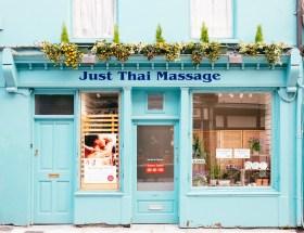 Foto von einer Türkisen Fassade einer Thai Massage