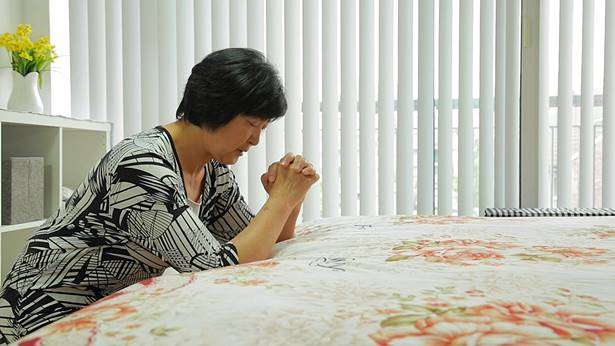 恳切地向神祷告