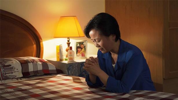 姊妹在哭着祷告