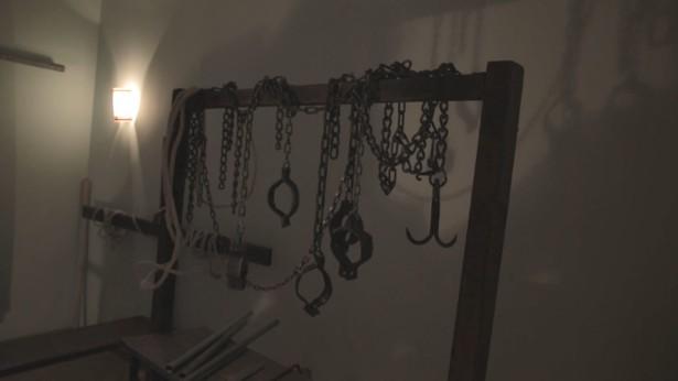 中共刑讯室布满刑具