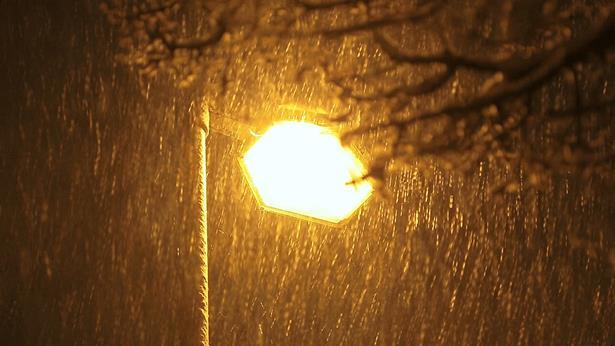 路灯下的雨