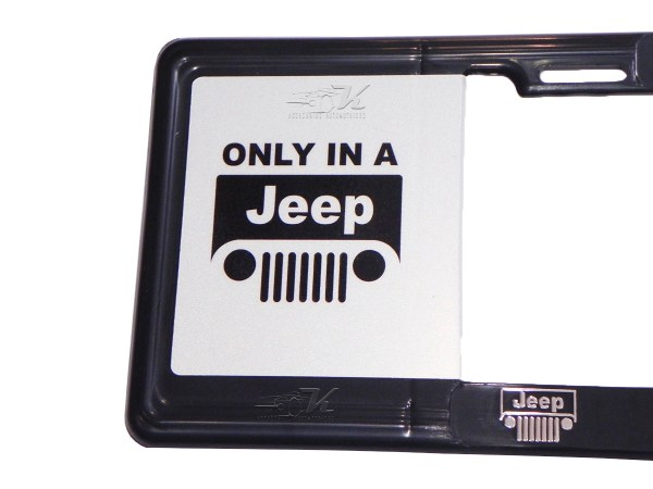 MARCO PORTAPLACA TIPO EUROPEO ONLY IN A JEEP TRAIL RATED HECHO DE PLASTICO ABS CON LETRAS EN RELIEVE, CALCOMANIAS EN VINIL AUTOADHERIBLE IMPRESO CON REFLEJANTE, COMPATIBLE CON TODAS LAS PLACAS MEXICANAS.