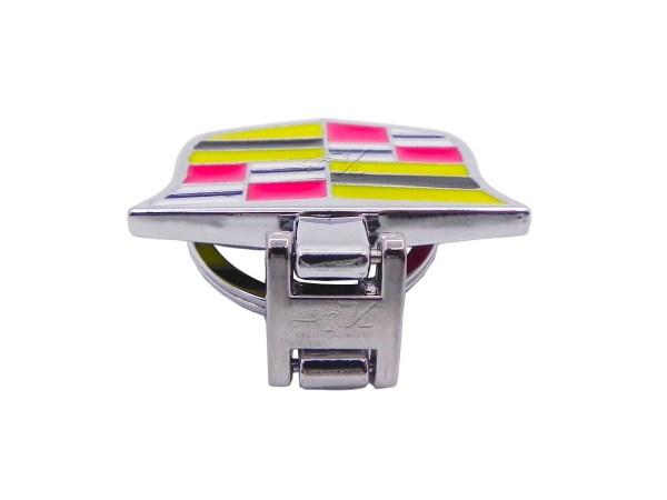 Llavero doble vista Cadillac hecho de aluminio cromado, logo en ambos lados movimiento articulado, diseño elegante y tamaño adecuado para las llaves.