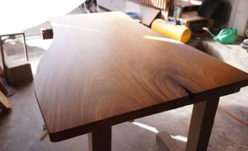 自然を活かした一枚板テーブル