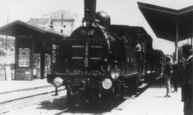 Juna saapuu asemalle
