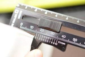 厚みを測れる定規
