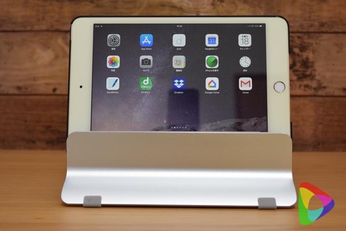 iPadmini4をノートブックスタンドに立てた様子
