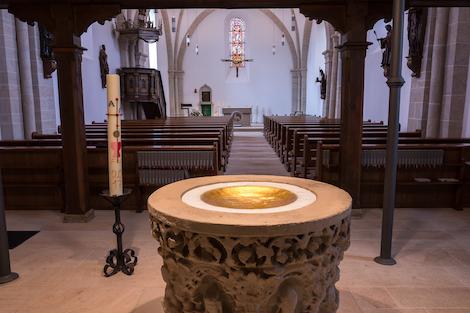 Blick vom Taufbrunnen RIchtung Altarraum