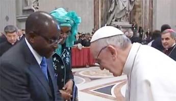Papst Franziskus hoffiert steckbrieflich gesuchten Diktator Mugabe