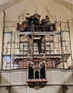 Aufbau des restaurierten Orgelgehäuses