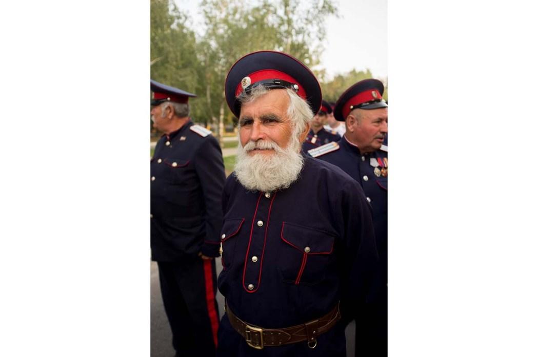 Старик в костюме казака