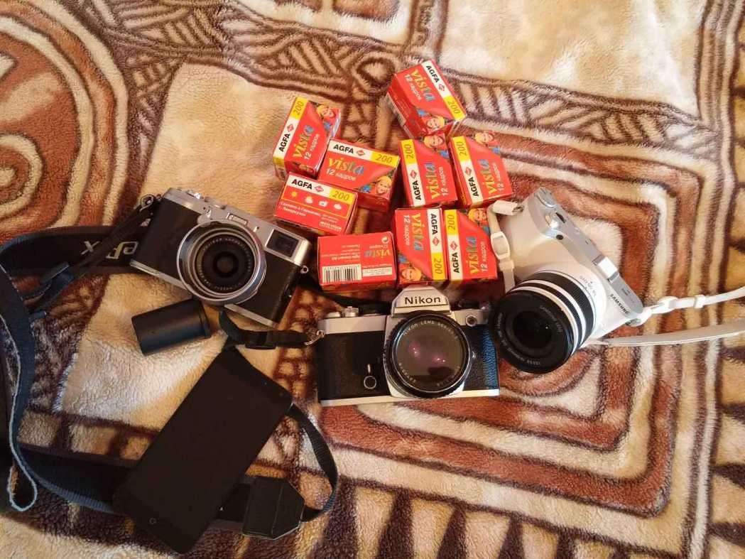 Необычный набор фотографа на свадебную съемку. Две цифровые беззеркальные камеры, пленочный Nikon и фотопленка Agfa