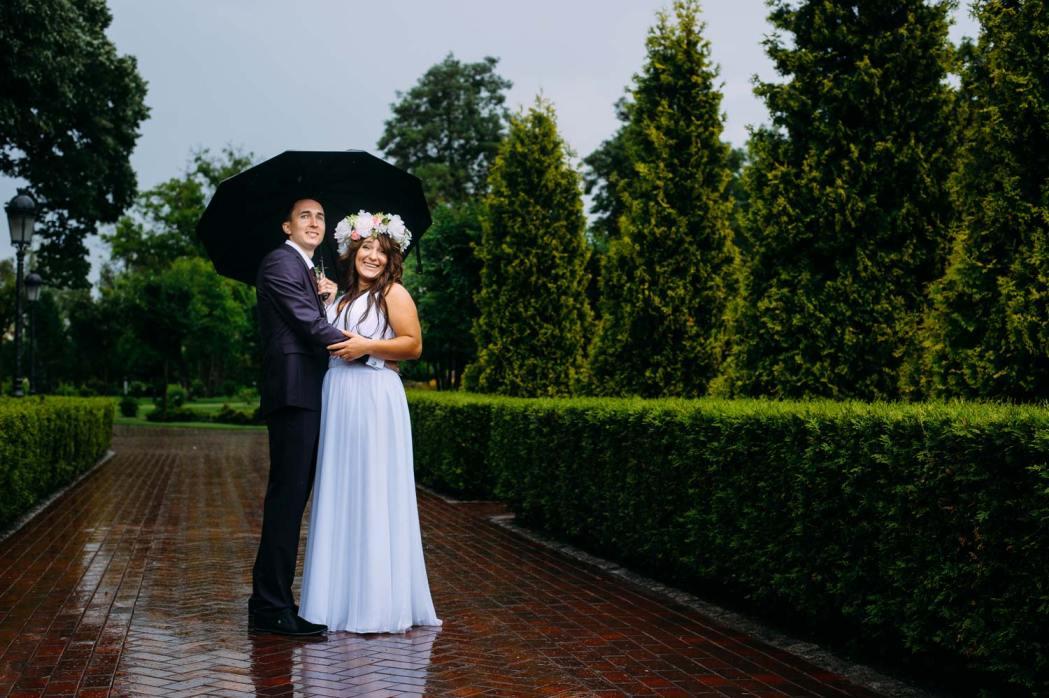 Свадебная фотосессия в Межигорье дождь