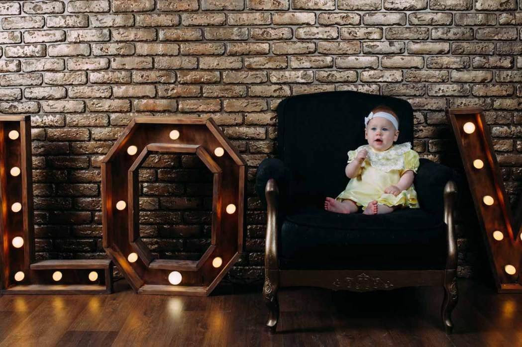 Ребенок сидит в кресле