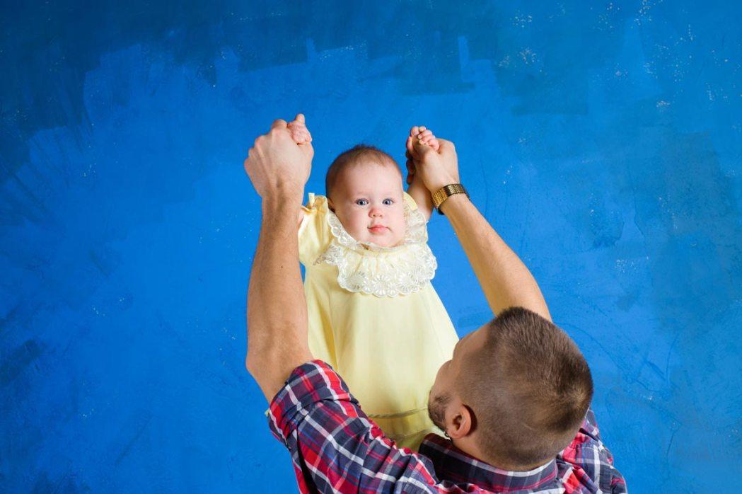 Отец держит маленькую дочь