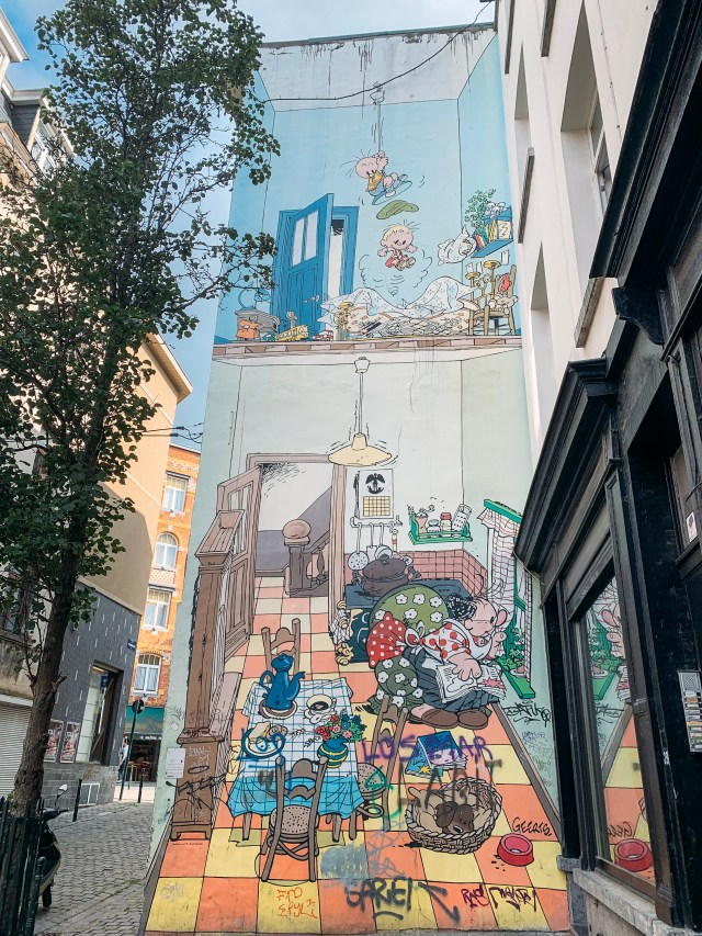 Jojo, a mural with many cartoon characters in the kitchen of a house by André Geerts on the Brussels Comic Book Route.