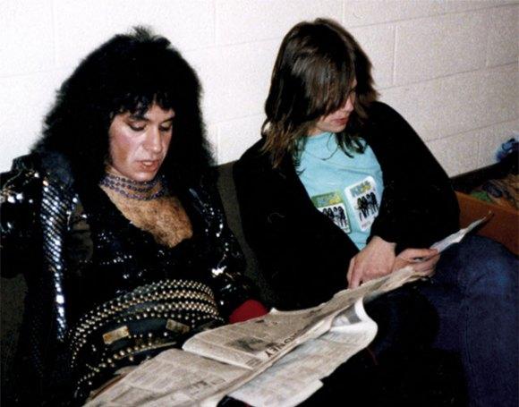 Gene och Henrik läser varsin tidning.