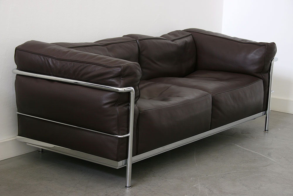 lc3 sofa black leather chesterfield style le corbusier cassina 20th century design 2 seater pierre jeanneret charlotte perriand