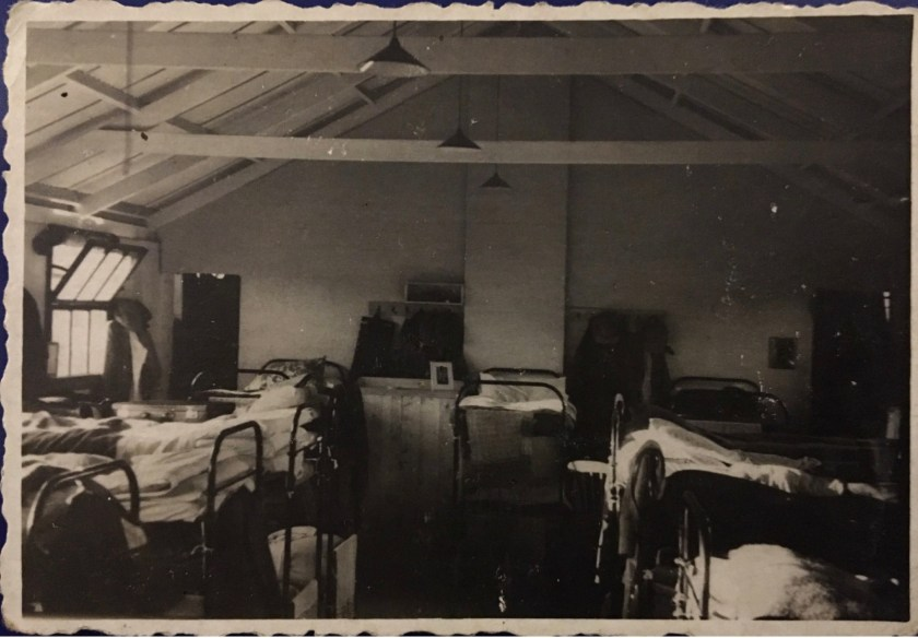 Hans Friedmann, Kitchener camp, bunk beds, 1939