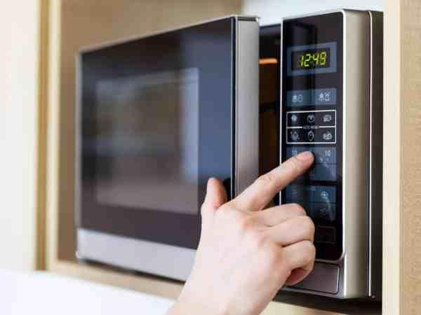 Eine Mikrowelle mit Heißluft erhitzt deine Gerichte schnell und effizient. (Bildquelle: 123rf.com / 26717864)