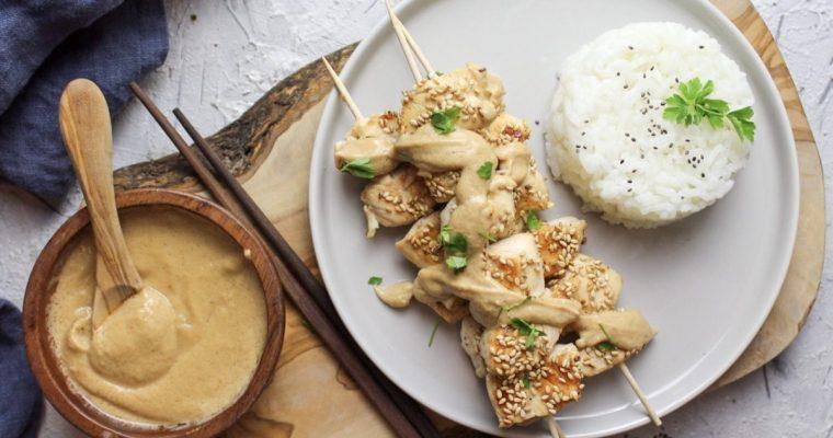 Sesam-Hähnchenspieße mit Erdnusssoße und Reis