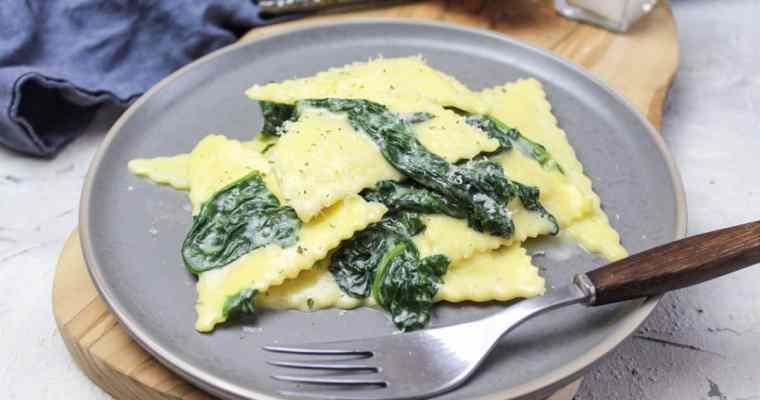 Käsetriangioli mit Spinat in Sahnesoße