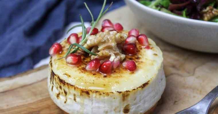 Gebackener Ziegenkäse mit Honig, Granatapfel und Rosmarin
