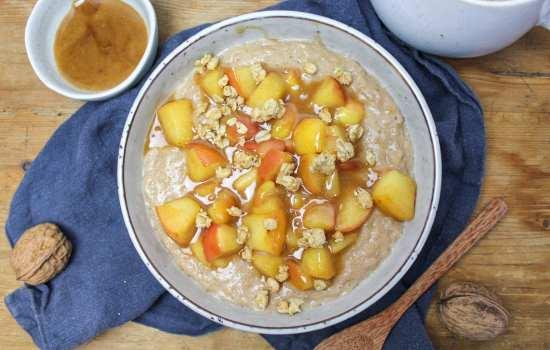 Apple-cinnamon porridge with caramel sauce