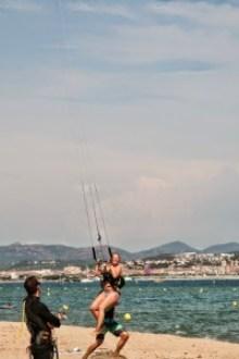Kitekurs mit Schülerin in der Luft