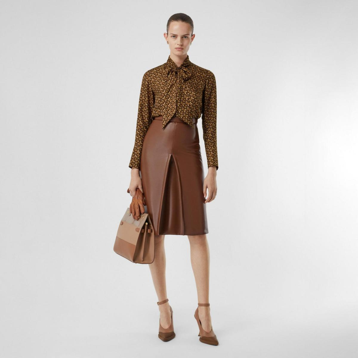 Look how elegant this tonal monochrome brown outfit looks! Brown fashion is back in town. In a big way. Autumnal, retro, animal, corduroy. Yup, it's brown's time to shine. If you want some inspiration for how to wear brown and what colours go with brown, then it's all here. We have lots of wearable looks that you can recreate really easily with the clothes you already have or with a few wardrobe updates. | www.kittyandb.com #brown #outfitideas #everydaystyle #monochrome #chicstyle #womenstops #browneasthetic