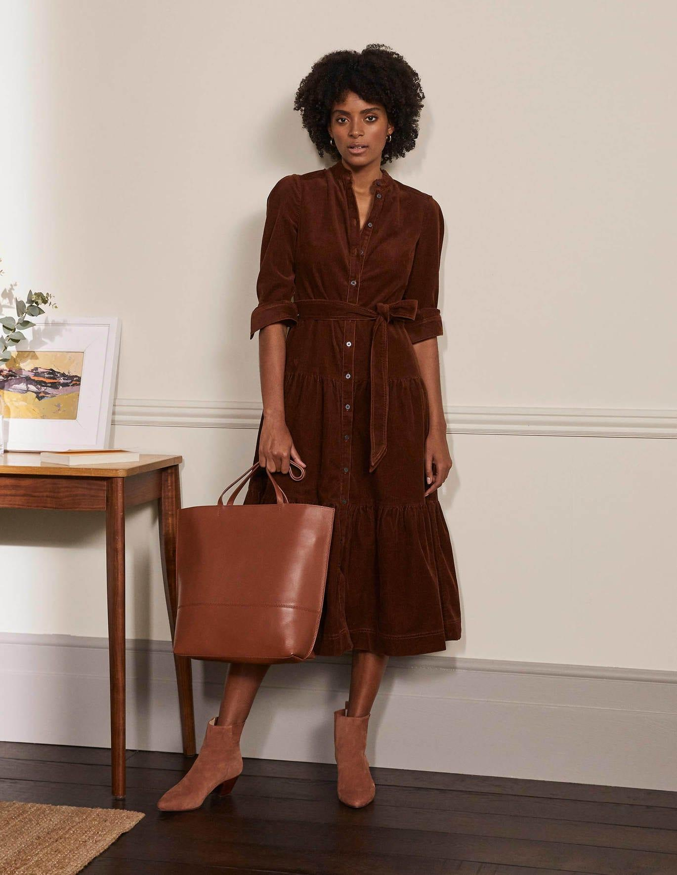 Brown Shirt Dress Monochrome Outfit Inspo. Brown fashion is back in town. In a big way. Autumnal, retro, animal, corduroy. Yup, it's brown's time to shine this season. If you want some inspiration for how to wear brown and what colours go with brown, then it's all here. We have lots of wearable looks that you can recreate really easily with the clothes you already have or with a few wardrobe updates. | www.kittyandb.com #Brown #Brownaesthetic #ShirtDress #Dress