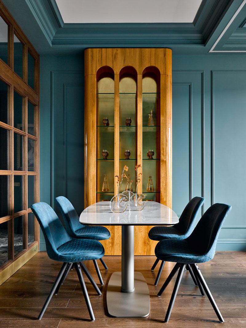 Blue and Natural Wood Tones Dining Room Decor Inspiration| Blue is a really versatile colour to decorate your home with. But, which colours and tones work well? What kind of accessories work with blue? This post gives you ideas for pulling together an elegant blue colour palette and pieces for your home. Read more: kittyandb.com #blueroom #colourfulhomedecor #bluecolorpalette #blueaesthetic #DiningRoom