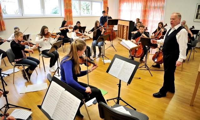 27.02.16; Musikschule Garmisch-Partenkirchen; Probe des Jugend-Streichorchesters, Leitung Helmut Kröll;