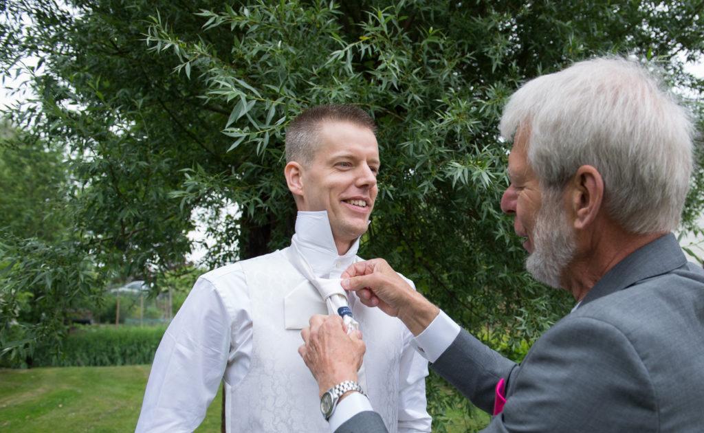 bruidegom kleedt zich aan