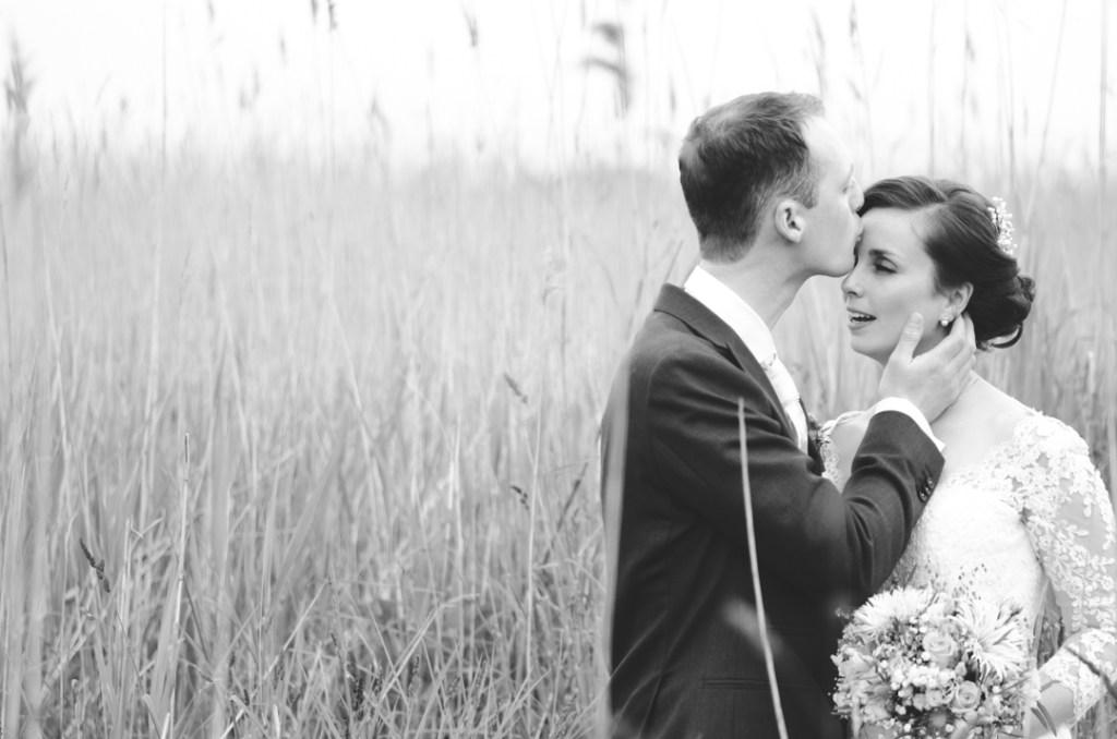 bruidspaar in grasveld