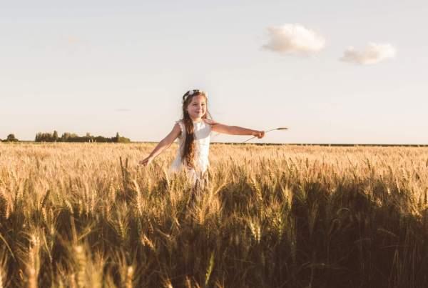 meisje in graanveld